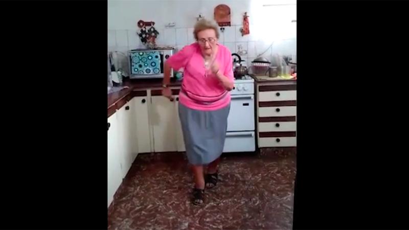 El baile de la abuela que recibió hasta la felicitación de la ...