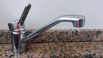 Reparan cañería de agua en calle Churruarín: los barrios afectados