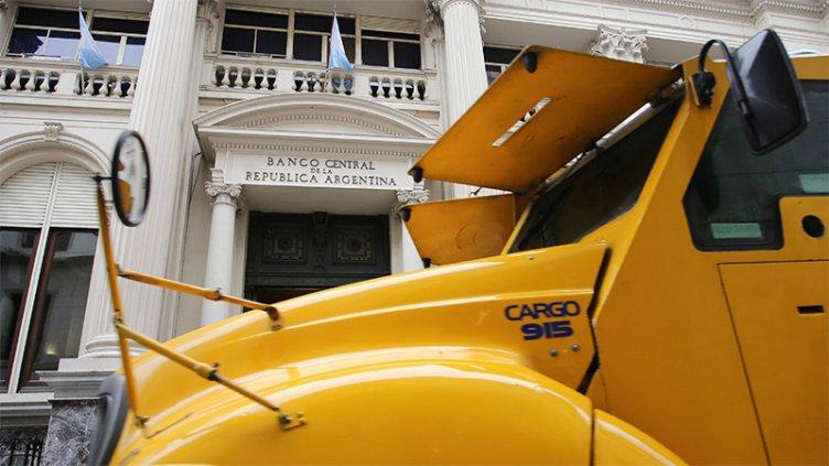 El Banco Central tomó una nueva medida para controlar la salida de divisas