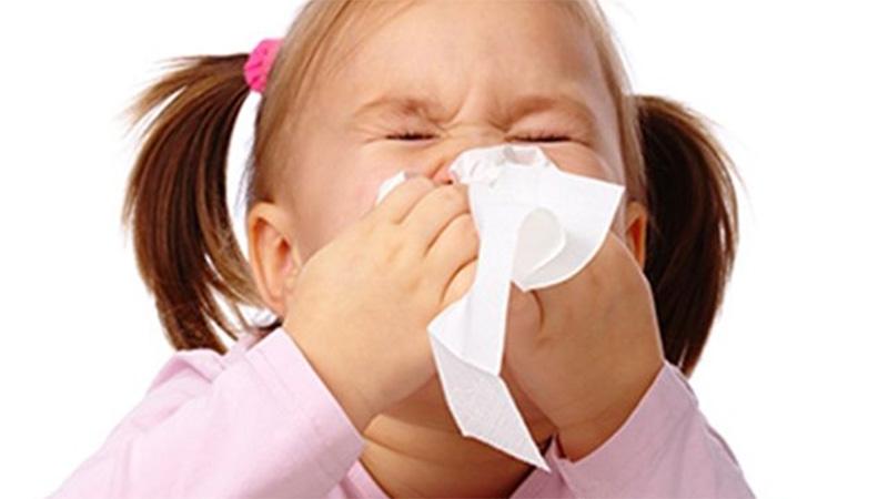 Congestión de la cabeza secreción nasal estornudos