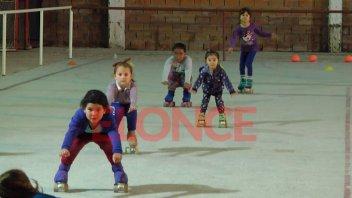 Inscriben para la enseñanza de patín en el polideportivo del barrio López Jordán
