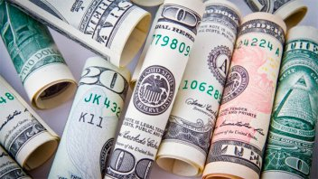 El dólar blue rebotó a $77,75, mientras que el oficial cerró en $81,87