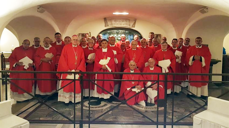 Obispos argentinos en la tumba de San Pedro