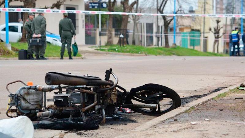 La moto de la policía que fue prendida fuego por vecinos