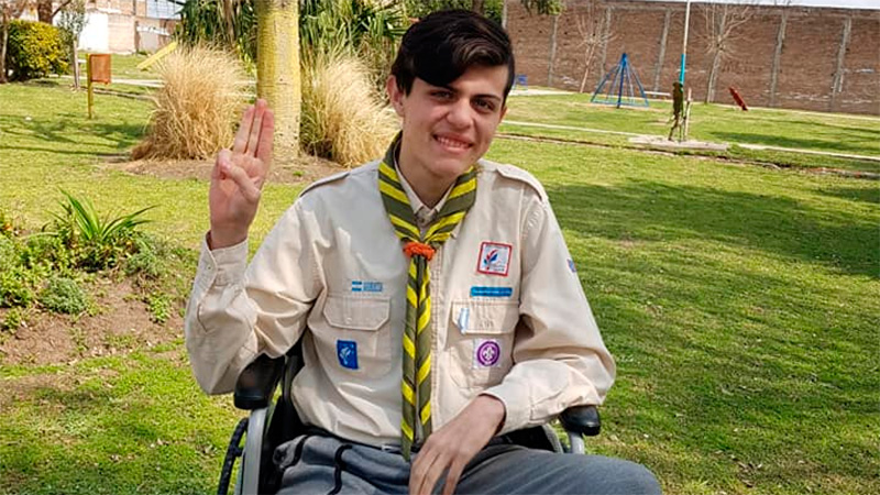 Ismael partcipa de las actividades del grupo scout.