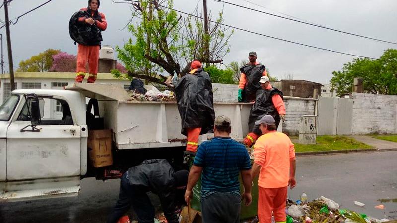 Cuadrilla de Mantenimiento y Desmalezado haciendo recolección en San Agustín.-