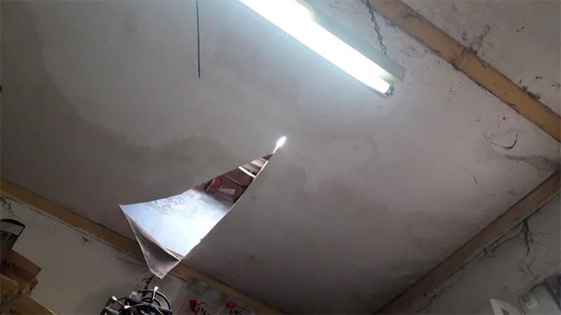 El boquete que hicieron en el techo para ingresar a robar.-
