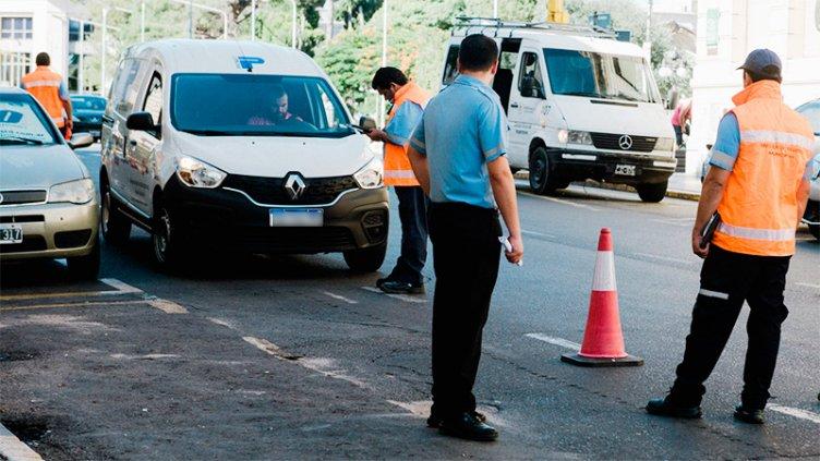 Multas de tránsito: Estacionar en doble fila cuesta alrededor de 11800 pesos