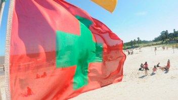 En playas uruguayas detectaron sustancia que se adhiere a la piel