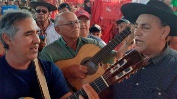 Video: El Chaqueño Palavecino cantó en el santuario del Gauchito Gil