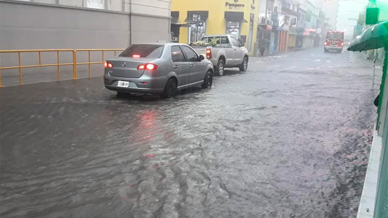 Torrencial lluvia en Paraná.