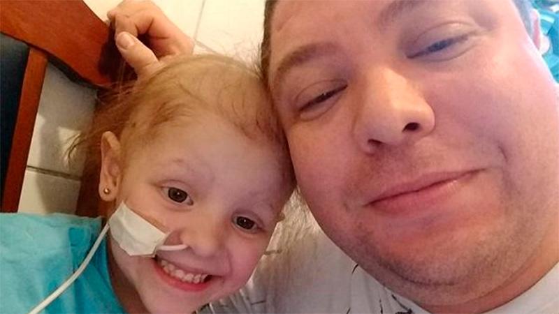 Lourdes y su papá durante el tratamiento de quimioterapia en el Garrahan