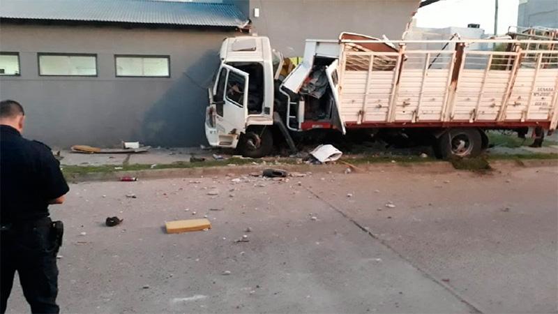 Impresionante persecución y accidente: Camión chocó autos y terminó en edificio