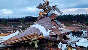 Al menos 10 muertos y destrozos por fuertes tormentas en el sureste de EE.UU