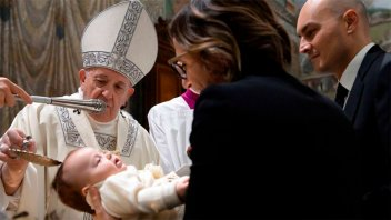 El Papa bautizó a 32 bebés en la Capilla Sixtina