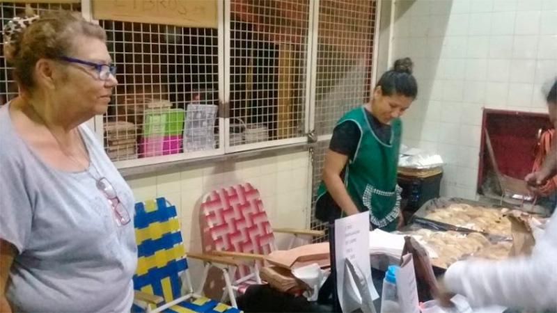 Directora de escuela vende empanadas para comprar los útiles a sus alumnos.
