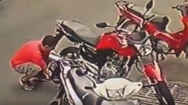 Video: Robó la rueda de una moto y quedó filmado