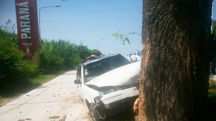 Se quedó dormido y chocó contra un árbol en el acceso a Paraná