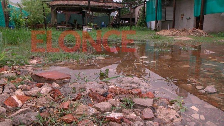 Video: Con cada lluvia, vecinos de Sauce Montrull quedan