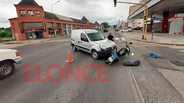 Realizó una maniobra indebida y chocó a un motociclista