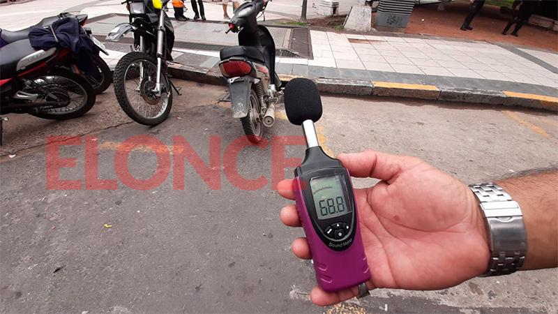 Controles de motos: Verifican nivel de ruido y que el casco esté bien colocado