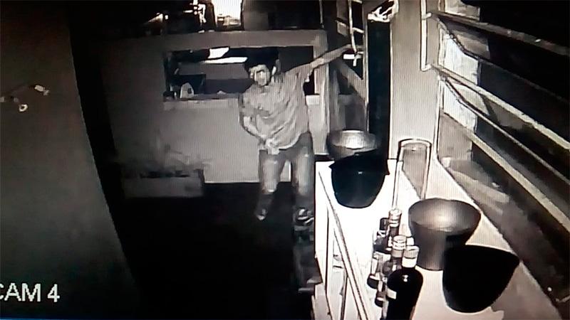Robó dinero de un comercio en Paraná y quedó filmado: Difundieron el video