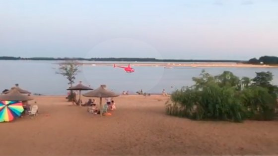 Videos: Sorprendió el vuelo de un helicóptero sobre una playa entrerriana