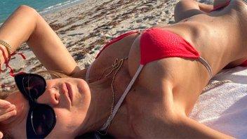 Las olas están de fiesta: Flavia Palmiero luce sus curvas en bikini