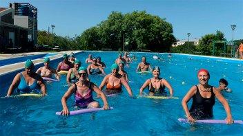 Se realizan actividades recreativas y deportivas para adultos mayores en verano
