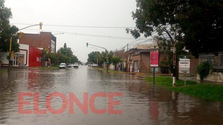 Fotos y video: Lluvia en Paraná y gran acumulación de agua en las calles