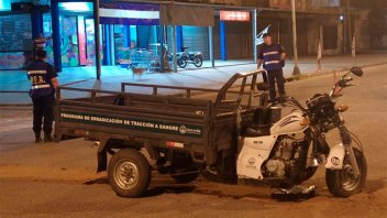 Motociclista chocó contra un auto que era remolcado por otro