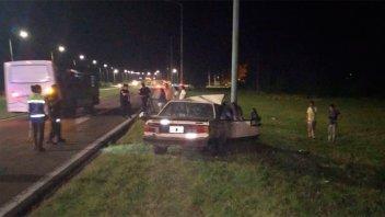 Auto chocó contra una columna y cuatro personas resultaron heridas