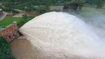 Video: Por intensas lluvias, abrieron un dique en Tucumán
