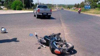 Camioneta giró a la izquierda y chocó con una moto que intentó sobrepasarla