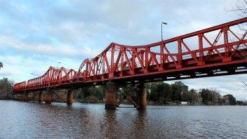 Buscan a un hombre que cayó desde un puente en Gualeguaychú