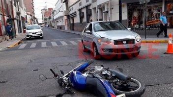 Choque entre moto y auto: una mujer y un niño fueron hospitalizados