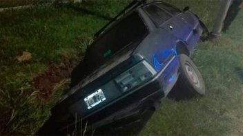 Sin carnet ni seguro, despistó y su auto cayó al zanjón en el Parque Industrial