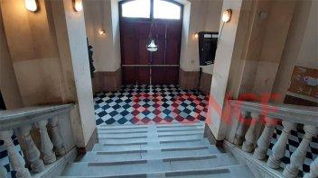 Proyectan la restauración de la escalera del acceso al Palacio Municipal