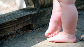 Hallaron a beba caminando sola por la calle: Su madre la reclamó un día después