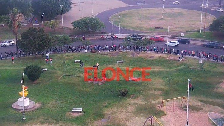 Video: Larga fila de 400 metros para retirar la Tarjeta Alimentar en Paraná