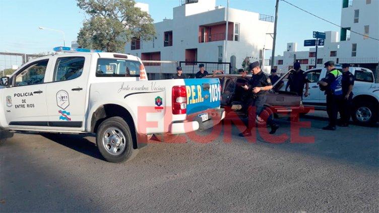 Hallaron cuatro armas de fuego en el baúl de un auto que transitaba por Paraná