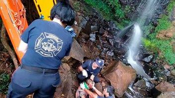 Puerto Iguazú: un mochilero se resbaló en una cascada, cayó al vacío y murió