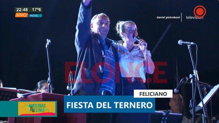 Video: Subió al escenario, cantó y bailó con la Banda de Música de la Policía