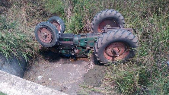 Un tractor cayó en alcantarilla: el conductor murió