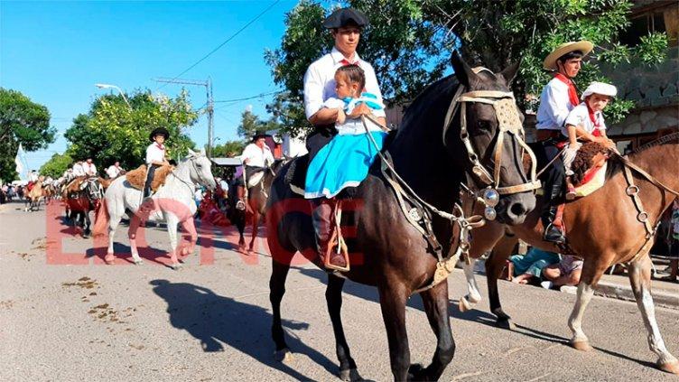 Imponente desfile tradicionalista en Fiesta del Ternero:esta noche canta Soledad