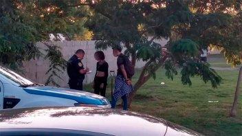 Enterraban un feto en la plaza: La versión de la Policía y lo que dijo la madre