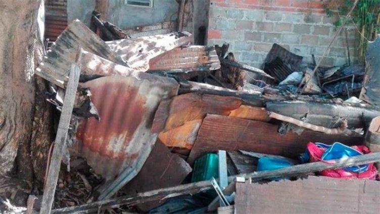 Hombre pide ayuda: Se incendió por completo su vivienda y perdió todo
