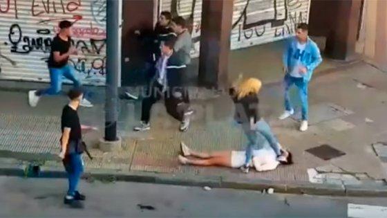 Video de brutal golpiza: Una mujer le pateó la cabeza a otra y casi la mata