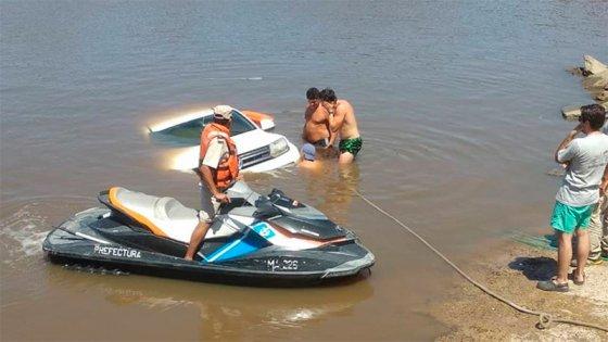 Camioneta cayó al río Gualeguaychú: Querían bajar una lancha