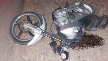 Camioneta chocó por detrás a una moto y se dio a la fuga: Dos heridos